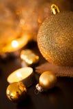 Oro caliente y fondo rojo de la luz de una vela de la Navidad Imagenes de archivo