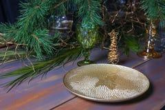 Oro d'annata decorato nuovo anno verde blu bianco di vetro della tavola del piatto di Natale dell'annata di legno della tavola fotografia stock