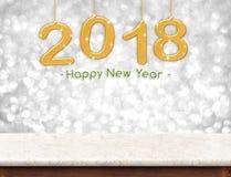 Oro 2018 3d que rinden la Feliz Año Nuevo que cuelga sobre el tabl de mármol Fotos de archivo