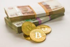 Oro de Bitcoin y la rublo rusa Moneda de Bitcoin en el fondo de las rublos rusas Imagenes de archivo