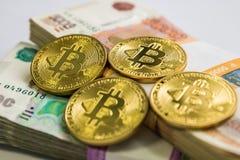 Oro de Bitcoin y la rublo rusa Moneda de Bitcoin en el fondo de las rublos rusas Imagen de archivo libre de regalías