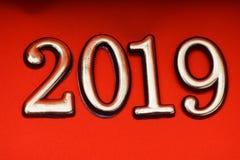 Oro 2019 de la plantilla del diseño de la tarjeta de felicitación en letras rojas Fotos de archivo libres de regalías
