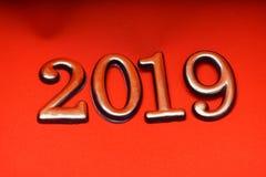 Oro 2019 de la plantilla del diseño de la tarjeta de felicitación en letras rojas Imagen de archivo