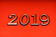 Oro 2019 de la plantilla del diseño de la tarjeta de felicitación en letras rojas Imágenes de archivo libres de regalías