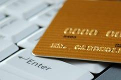 Oro de la tarjeta de crédito en un teclado Imagen de archivo