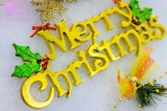 Oro delle insegne di Natale disposto su un fondo bianco Fotografia Stock Libera da Diritti