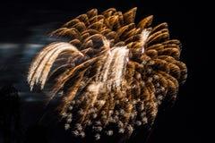 Oro di celebrazione dei fuochi d'artificio del fuoco d'artificio e code bianche Fotografia Stock Libera da Diritti