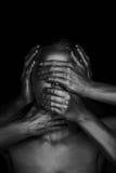 Oro dipinto ragazza 6 mani sul vostro fronte: non vedi la malvagità, non senta la malvagità, non parli la malvagità Rebecca 36 Immagine Stock Libera da Diritti