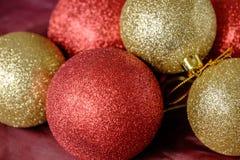 Oro e bagattelle rosse di Natale delle bagattelle Fotografia Stock