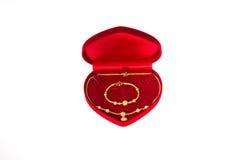 Oro e contenitore rosso di velluto Immagini Stock Libere da Diritti