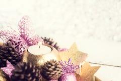 Oro e giocattoli porpora di Natale sul fondo d'argento di festa del bokeh Fotografia Stock