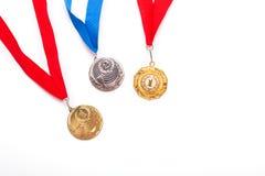 Oro e medaglie di argento con il nastro su fondo bianco fotografia stock