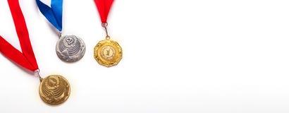 Oro e medaglie di argento con il nastro su fondo bianco immagini stock libere da diritti
