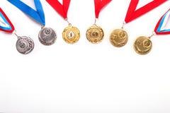 Oro e medaglie di argento con il nastro su fondo bianco fotografia stock libera da diritti