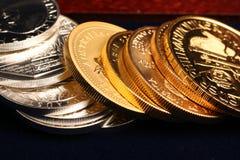 Oro e monete d'argento Immagini Stock Libere da Diritti