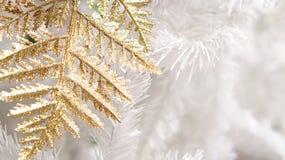 Oro e natale bianco del fondo degli elementi Fotografia Stock Libera da Diritti