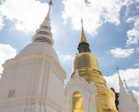 Oro e pagoda asiatica bianca fotografie stock