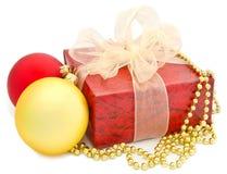 Oro e sfere e casella rosse di natale Fotografie Stock Libere da Diritti