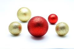 Oro ed ornamento rosso della palla su fondo bianco Immagini Stock