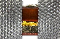 oro en cofre del tesoro antiguo detrás del vidrio cristalino del hexágono de la pared Foto de archivo libre de regalías