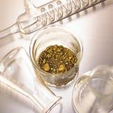 Oro en vidrio del laboratorio imagen de archivo libre de regalías