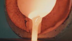 Oro fundido que es vertido en moldes de lingote Oro fundido que es vertido en moldes de lingote Metal u oro del bastidor que es Fotografía de archivo libre de regalías