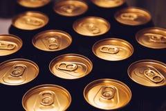 Oro negro del fondo de las latas de cerveza del metal fotos de archivo