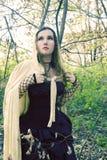 oro nero della ragazza del vestito dal mantello Immagine Stock
