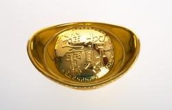 Oro o símbolos chinos del medio del lingote del oro de la riqueza y de la prosperidad foto de archivo