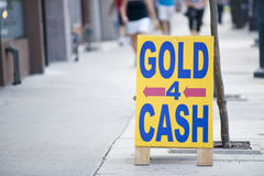 Oro per il segno dei contanti Fotografie Stock