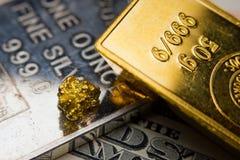 Oro, plata y billete de dólar Imagenes de archivo