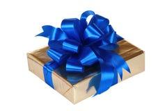Oro presente con i nastri blu Fotografie Stock Libere da Diritti
