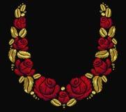 Oro retro del vintage de la rosa del rojo del ornamento del collar de la flor del bordado Foto de archivo libre de regalías