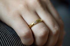 Oro Ring On Lady Imagen de archivo