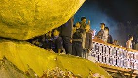 Oro ritual que se pega a la roca - pagoda de Kyaiktiyo Para las mujeres se prohíbe la entrada Imagen de archivo libre de regalías