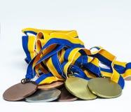 Oro, siver e medaglie di bronzo su un fondo bianco immagine stock