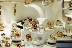 Oro y anillos de diamante Imágenes de archivo libres de regalías