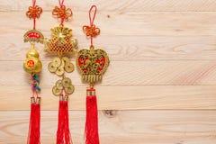 Oro y decoración china roja del Año Nuevo en fondo de madera Foto de archivo libre de regalías