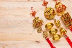 Oro y decoración china roja del Año Nuevo en fondo de madera Imagen de archivo