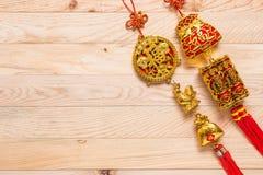 Oro y decoración china roja del Año Nuevo en fondo de madera Imágenes de archivo libres de regalías