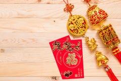 Oro y decoración china roja del Año Nuevo en fondo de madera Fotos de archivo