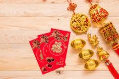 Oro y decoración china roja del Año Nuevo en fondo de madera Fotografía de archivo libre de regalías