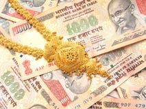 Oro y dinero en circulación indio Fotografía de archivo