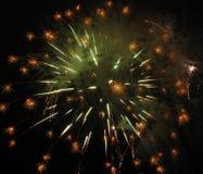 Oro y fuegos artificiales verdes Imagenes de archivo