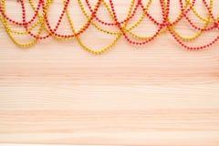 Oro y gotas rojas en un tablero de madera Fondo de madera con los granos Imagenes de archivo