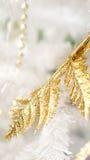 Oro y la Navidad blanca del fondo de los elementos Foto de archivo libre de regalías
