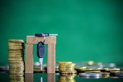 Oro y moneda de plata apilados con el candado y la llave Imagen de archivo libre de regalías