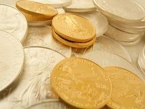 Oro y monedas de plata Fotos de archivo libres de regalías