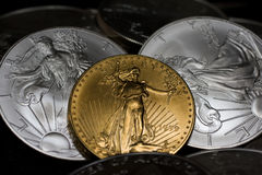 Oro y monedas de plata Fotos de archivo
