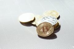 Oro y monedas de plata con los símbolos del bitcoin y del lisk - cryptocurrency virtual Comercio y negocio en Internet imagen de archivo libre de regalías